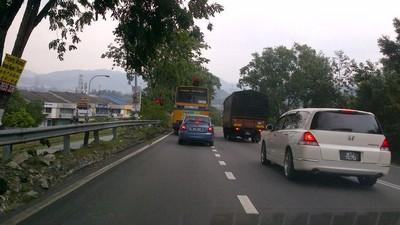 Apabila jumpa trafic light di atas bukit, sila jalan terus sahaja apabila lampu hijau.
